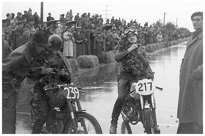 oldtimer motorrad rennen Zwei Fahrer vor einem Motorradrennen auf nasser Strecke. 2009.04.12
