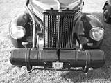 Ein Opel Kapitän mit Imbert-PUK-Gasgenerator. Vorne die großen mit Holzwolle gefüllten Gasreiniger